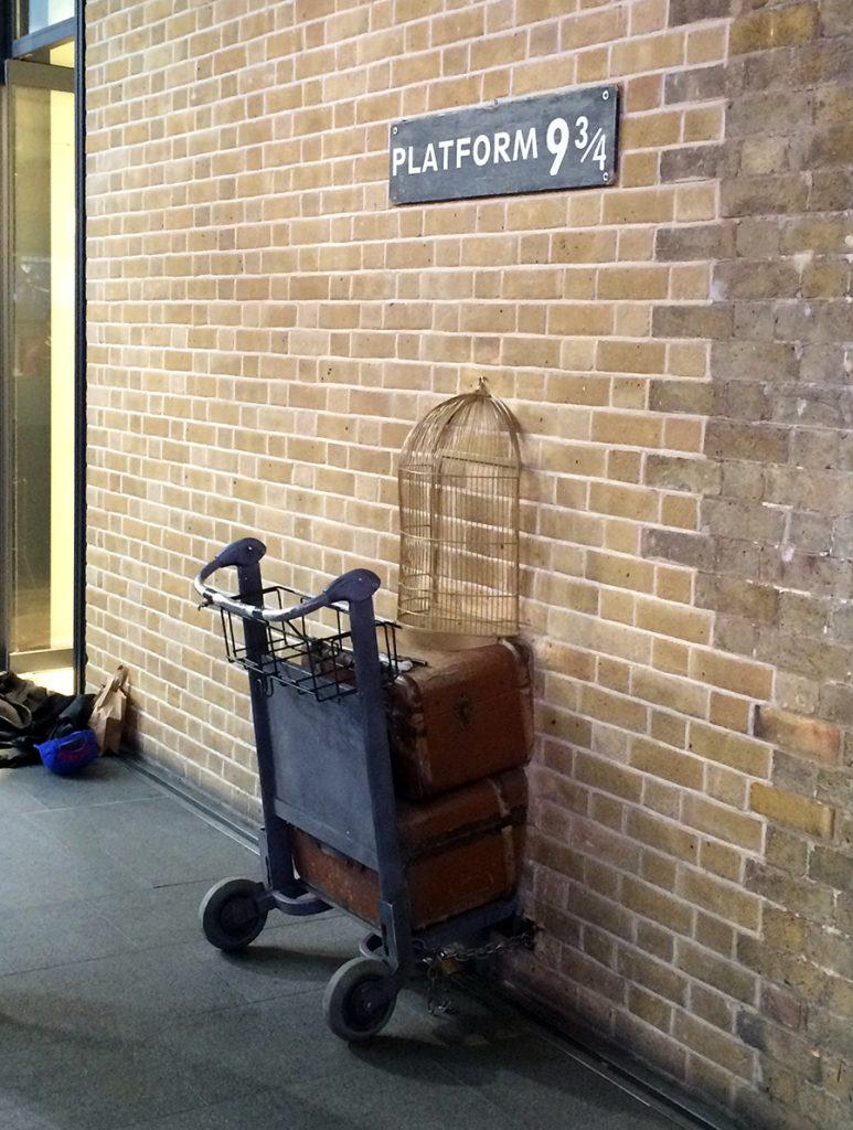 Einmal durch die magische Wand zur Platform 9 3/4, um den Hogwarts Express zu erwischen!