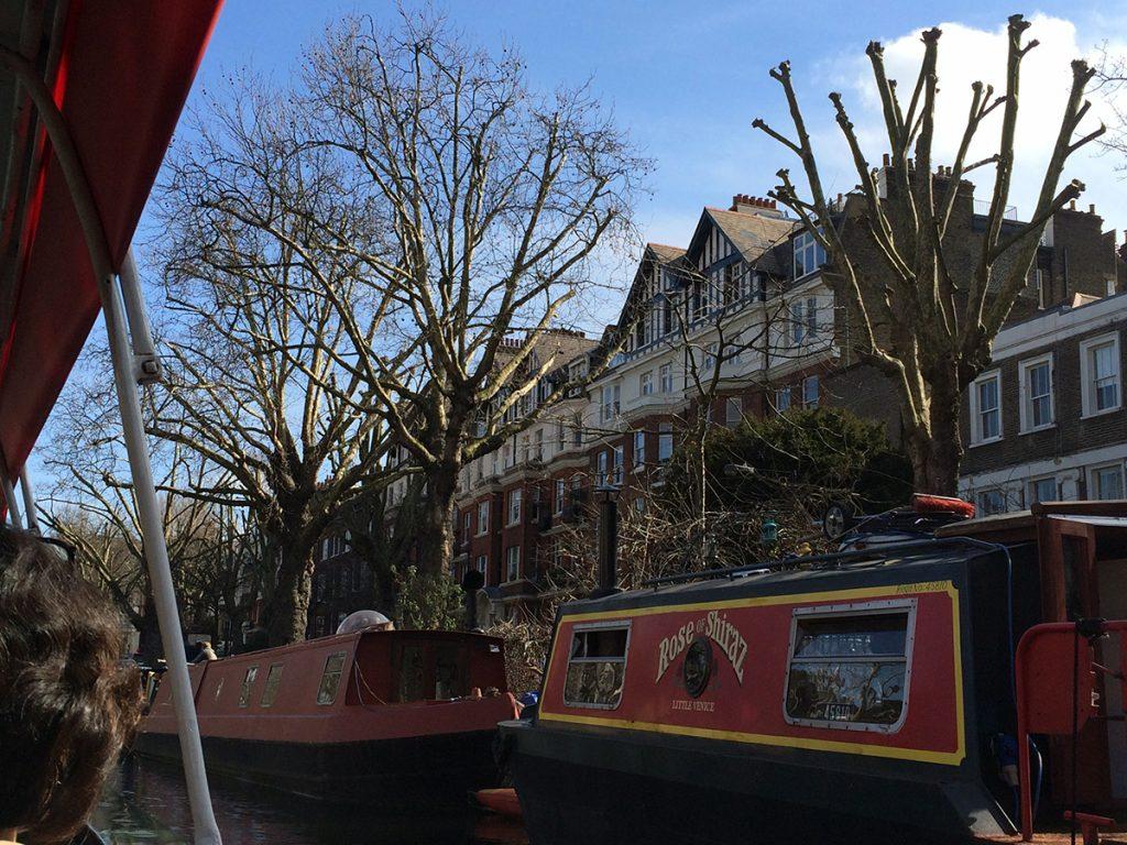 Ein Hausboot nach dem anderen auf der rechten Seite...