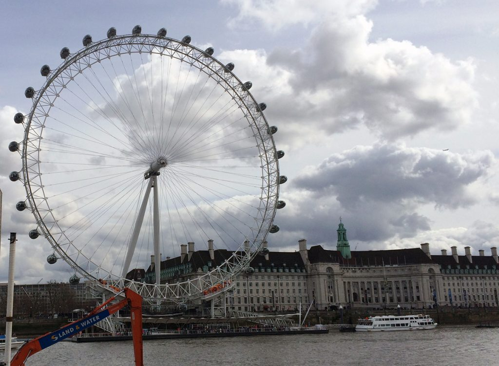 Das London Eye an der Themse, nahe der Westminster Bridge.