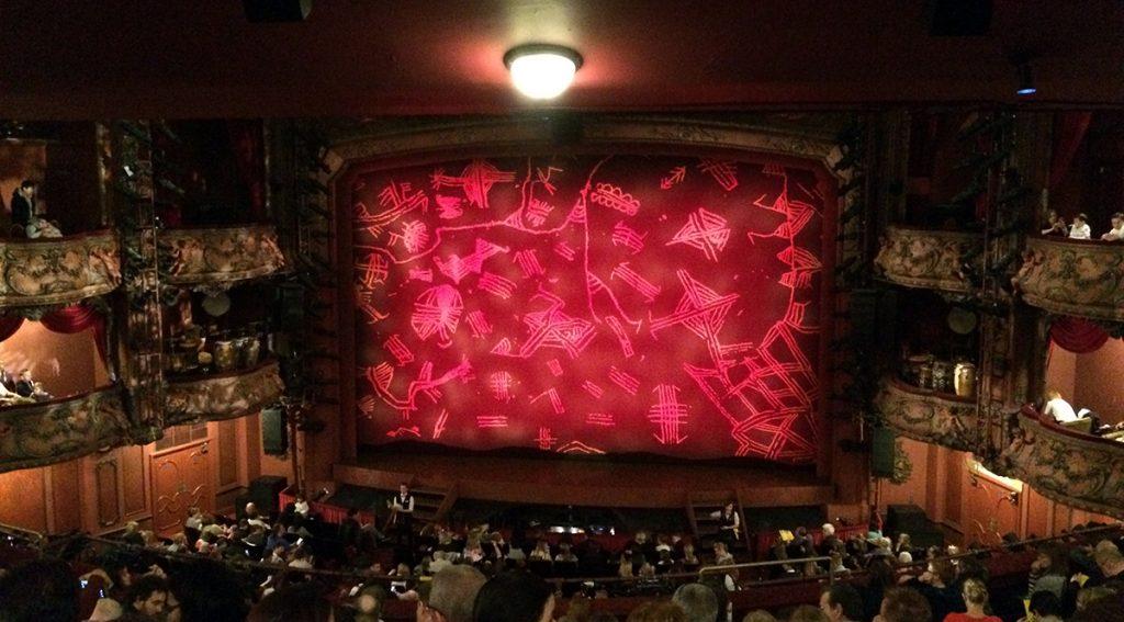 Blick auf die Bühne im Lyceum Theater. Gleich geht der Vorhang auf: Der König der Löwen!