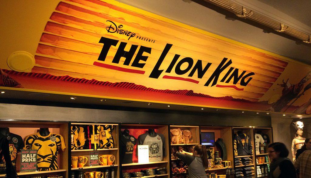 """Eingangshalle mit Merchandise-Artikeln des Lyceum Theatres, der Spielstätte von """"The Lion King"""" in London."""