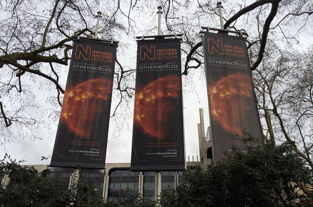 Große Banner künden vor dem Natural History Museum von einer Ausstellung.