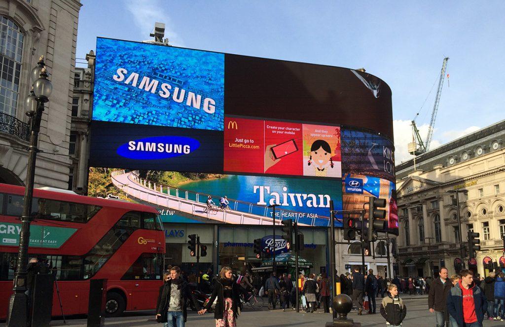Eine Aufnahme aus 2016, noch mit einzelnen LED-Displays. Heute besteht die ganze Fläche aus einer einzigen, riesigen Videowand.