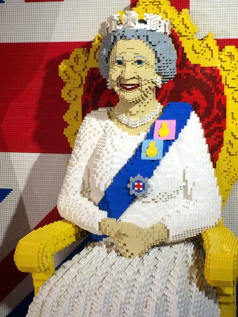 Und auch sie sitzt natürlich hier, komplett aus Lego, mitsamt Thron und Lieblings-Hund: Queen Elizabeth II.