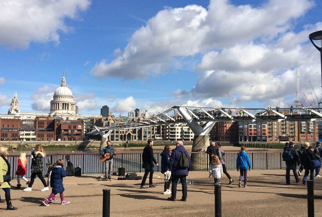 Blick auf Millennium Bridge und, am anderen Ufer der Themse, die St. Paul's Cathedral.