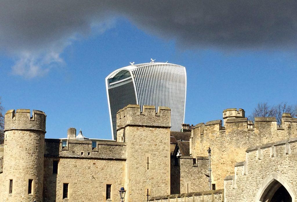 Hinter dem Tower of London lugt bereits unübersehbar das charakteristische Hochhaus des Sky Garden hervor.