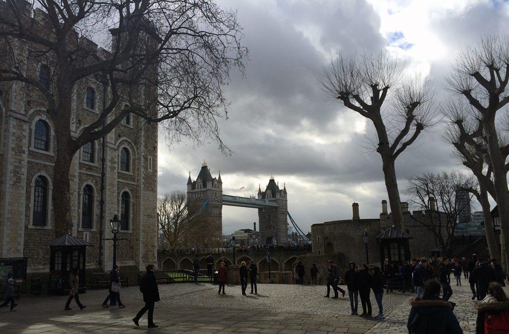Von hier, dem Innenhof des Tower of London, kann man schon die Tower Bridge sehen.