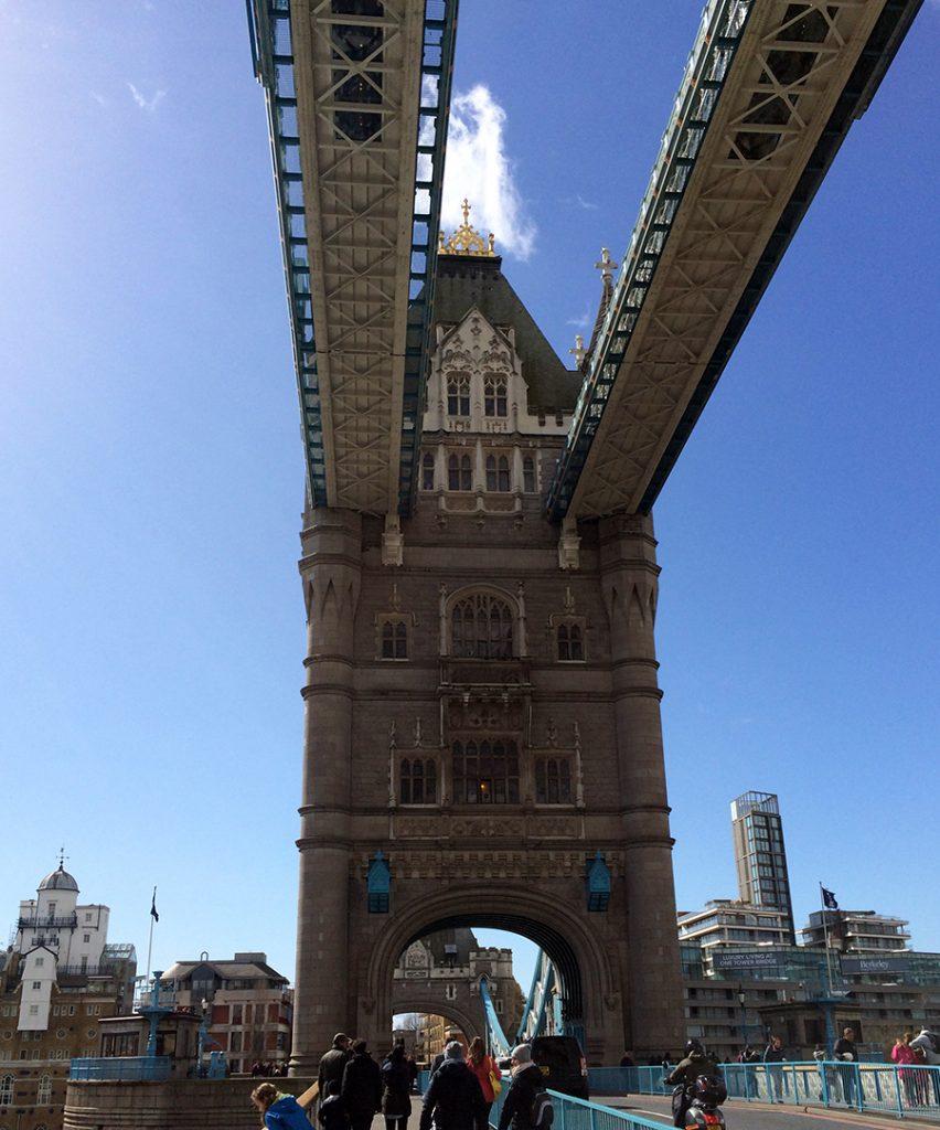Ein Blick von der unteren Ebene der Tower Bridge hoch zu den beiden oberen Fussgängerüberwegen in 43 Metern Höhe.