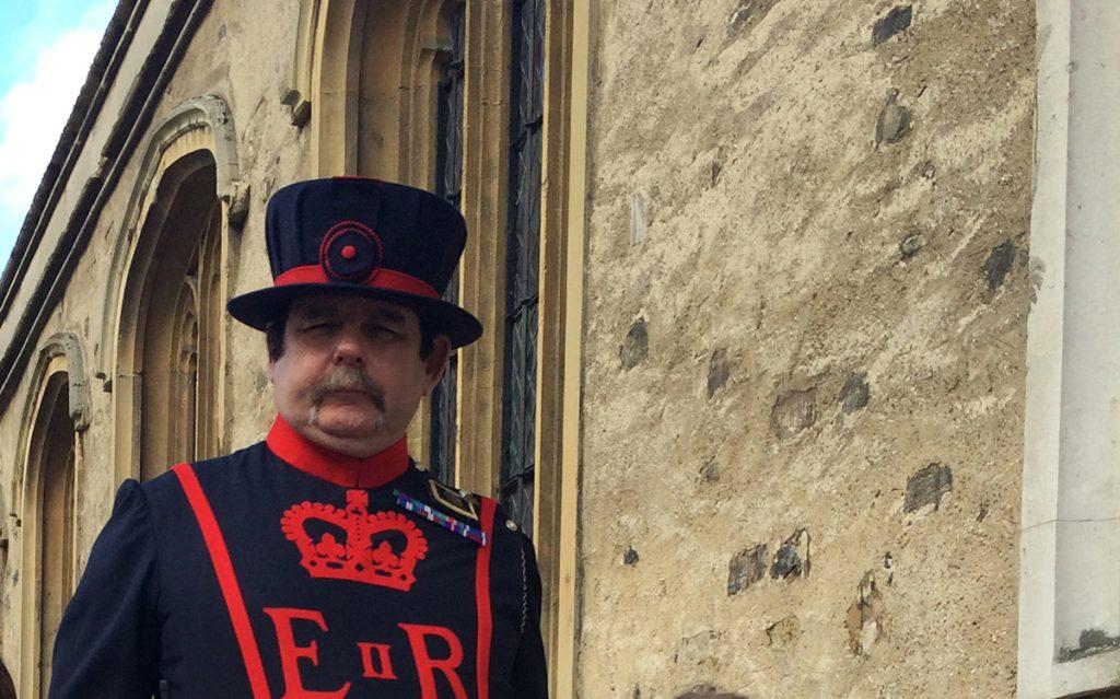 Einer der berühmten Yeoman Warder des Tower of London, der netterweise bereitwillig für ein Foto posierte.