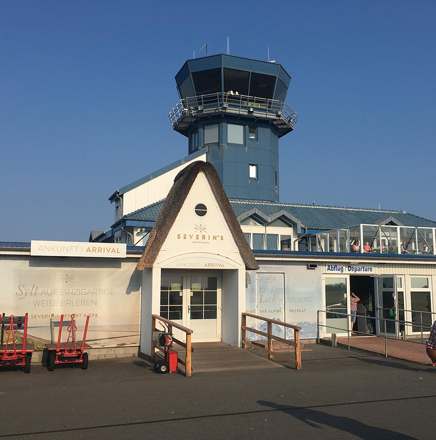 Auch Sylts kleiner Flughafen hat natürlich - zumindest teilweise - ein Reetdach. Abflug links, Ankunft rechts: Das ist es auch schon.