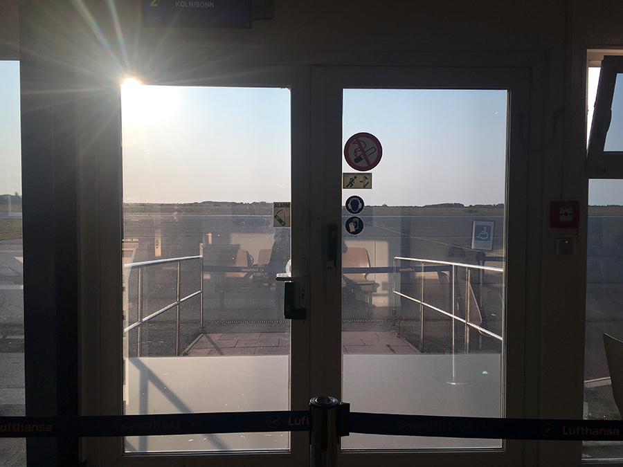 Der kleinste Flughafen, von dem wir bislang geflogen sind: Vom Wartebereich geht der Blick direkt auf das Rollfeld, wo das Flugzeug gleich landet.