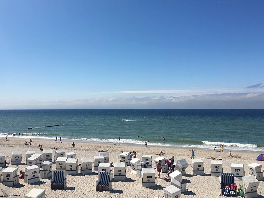 Noch mehr Strandkörbe auf der linken Seite des Strands, die einen bei Bedarf sicher vor Sonne und Wind schützen.