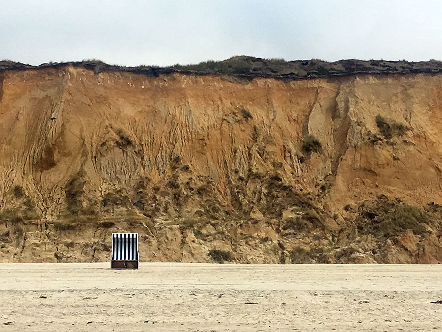 Glücksmoment: Ein einsamer Strandkorb vor dem Roten Kliff in Kampen.