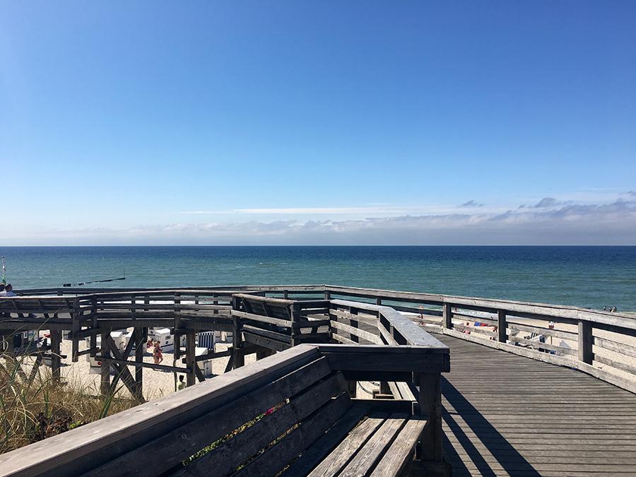 Der Übergang zum Strand auf den allseits bekannten Holzplanken, hier einmal als riesiges Gerüst, um den Höhenunterschied zu bewältigen.