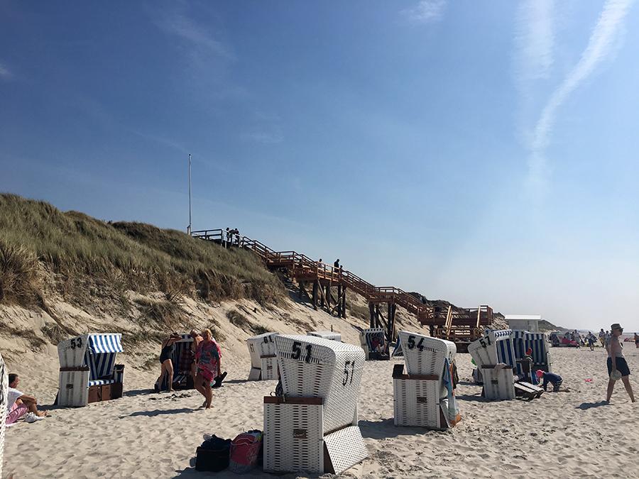Auch in List führt ein Holzplankenweg sicher über die Dünen zum Strand.
