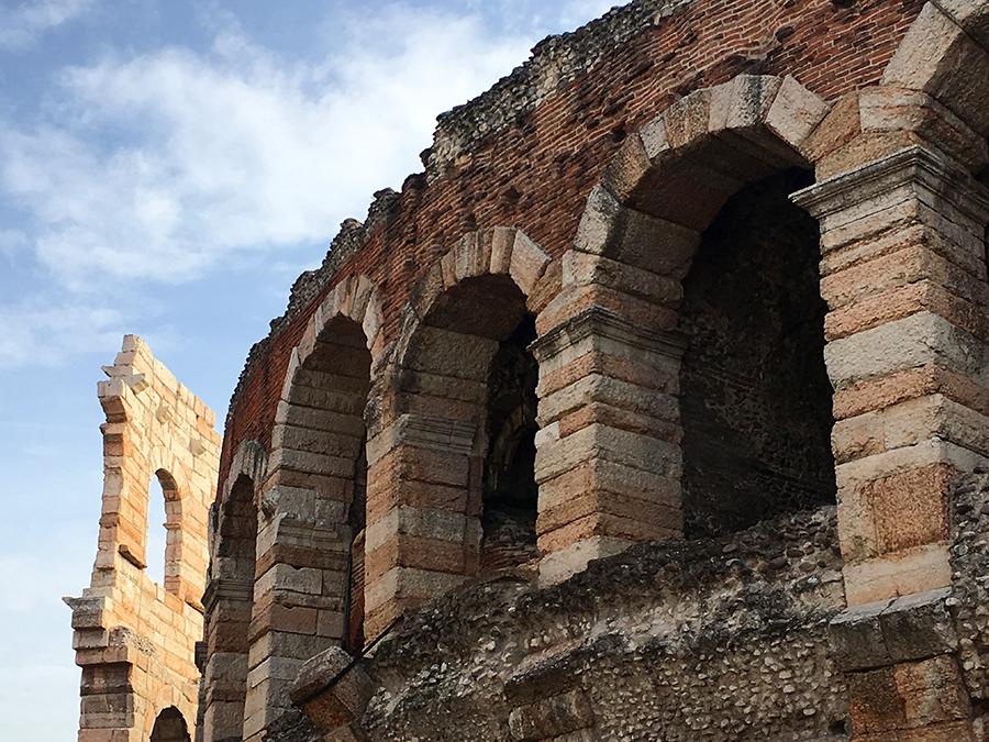 Detailansicht der Arena von Verona mit einem Stück des leider nur wenig erhaltenen, äußeren Marmor-Rings im Hintergrund.