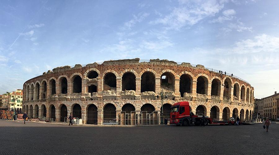 Die Arena von Verona in der Panorama-Ansicht.