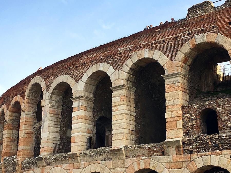 Von Nahem kann man die Menschen sehen, die oben auf der Arena herumspazieren. Da bekommt man erst einen Eindruck davon, wie riesig jeder einzelne Bogen überhaupt ist.