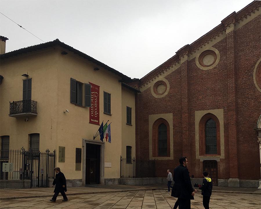 Links im gelben Nebengebäude der Eingang, durch den man - vorausgesetzt, man hat ein Ticket mit der richtigen Uhrzeit - zum 'Cenacolo' gelangt.