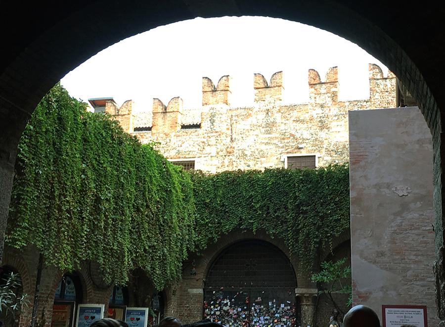 Blick aus dem Durchgang in den Innenhof des 'Casa Giulietta'.