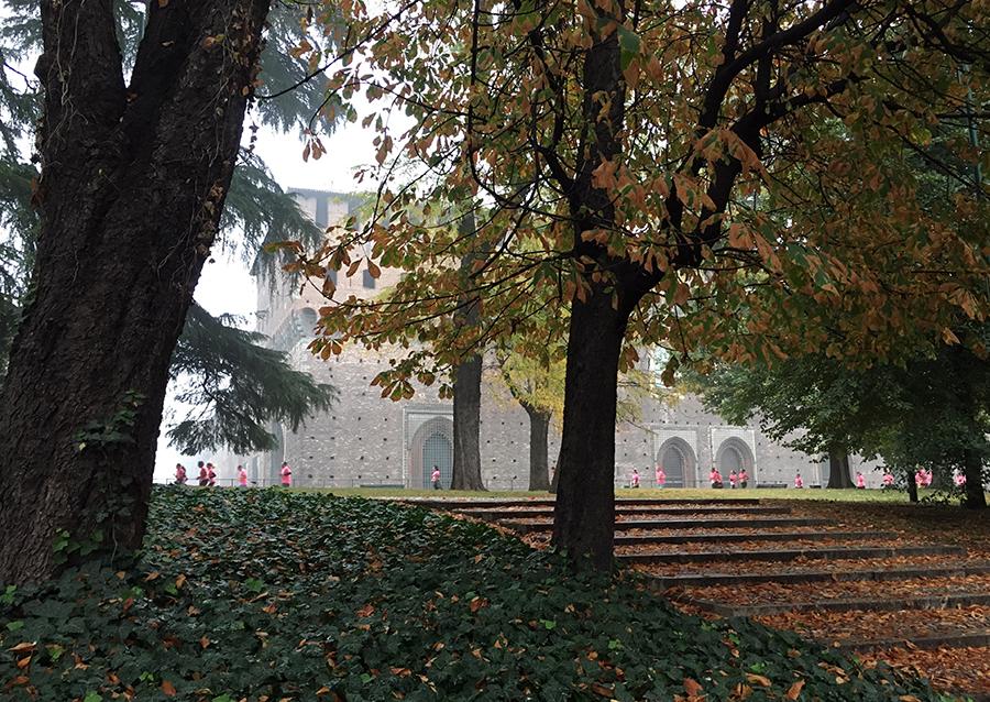 Ein wunderbar ruhiger Herbsttag im Parco Sempione, nur unterbrochen von unzähligen pinken Tupfern: Den fleißigen Teilnehmern an einem Spendenlauf.