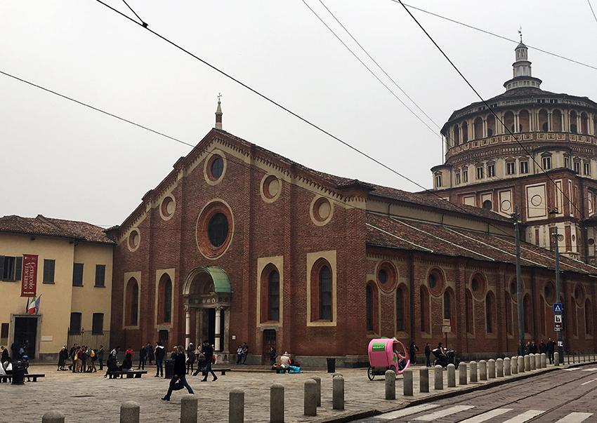 Der Platz vor der Rückseite der Kirche.