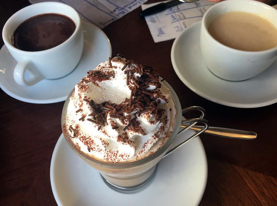 Mmmh! Heller und dunkler warmer Kakao, und ein köstlicher Kaffee. Inzwischen habe ich wohl auch gelernt, dass man Cappuccino in Italien nur zum Frühstück trinkt, aber die Barista haben damals ein Auge zugedrückt.