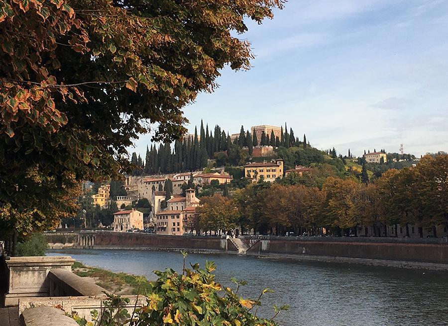 Am Ufer der Etsch mit Blick auf die andere Seite Veronas.