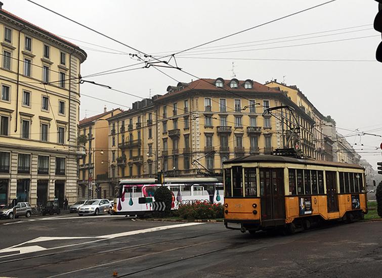 """Vorne in gelb: Eine """"Ventotto"""" von 1928! Die ältesten planmäßig eingesetzten Straßenbahnwagen in ganz Europa, fahren heute noch im normalen Verkehr in Mailand."""