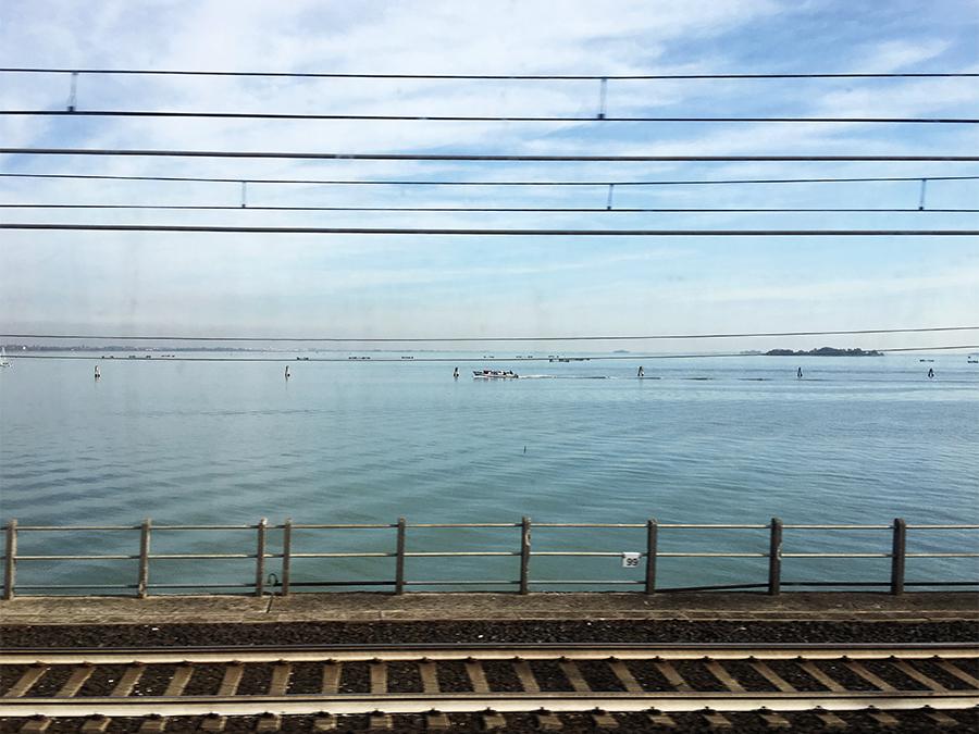 Auf dem Weg von Mestre nach Venedig über den Damm, der die Lagunenstadt mit dem Festland verbindet.