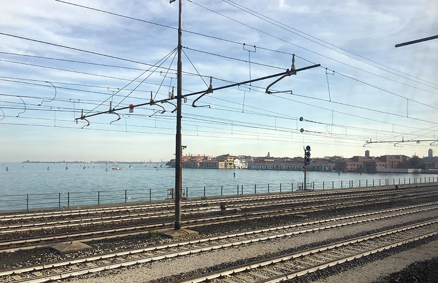 Gleich angekommen: Man kann die Häuser Venedigs schon sehen!