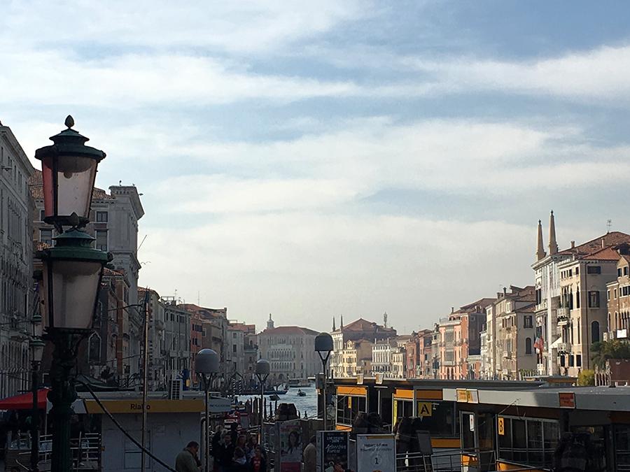 Schwimmende Haltestellen der Vaporetti hinter der Rialto-Brücke am Canale Grande.