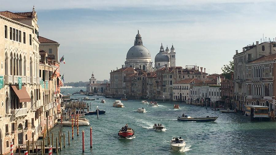Boote, Boote, Boote - Aussicht von der 'Ponte dell'Accademia' auf das rege Treiben, im Hintergrund die 'Basilica di Santa Maria della Salute'.