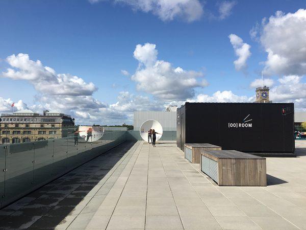 Auf dem Dach des Experimentariums in Hellerup bei Kopenhagen untersuchen wir Klangwellen mithilfe von riesigen Parabolantennen. Wir können uns flüstern hören, obwohl wir ganz weit weg voneinander stehen!