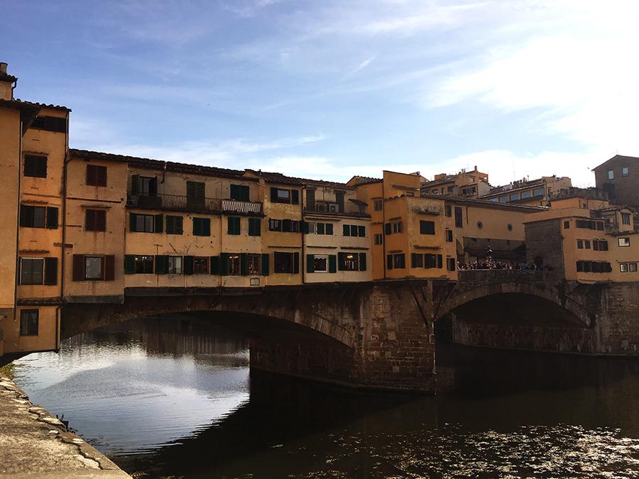 Der berühmte 'Ponte Vecchio' mit seinen überbauten Häusern darauf.