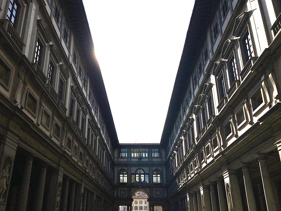 Ein Innenhof an den Uffizien, von der 'Piazza della Signoria' kommend, Richtung Arno.
