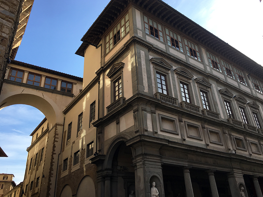 Eine Brücke verbindet in luftiger Höhe den Palazzo Vecchio mit den Uffizien.
