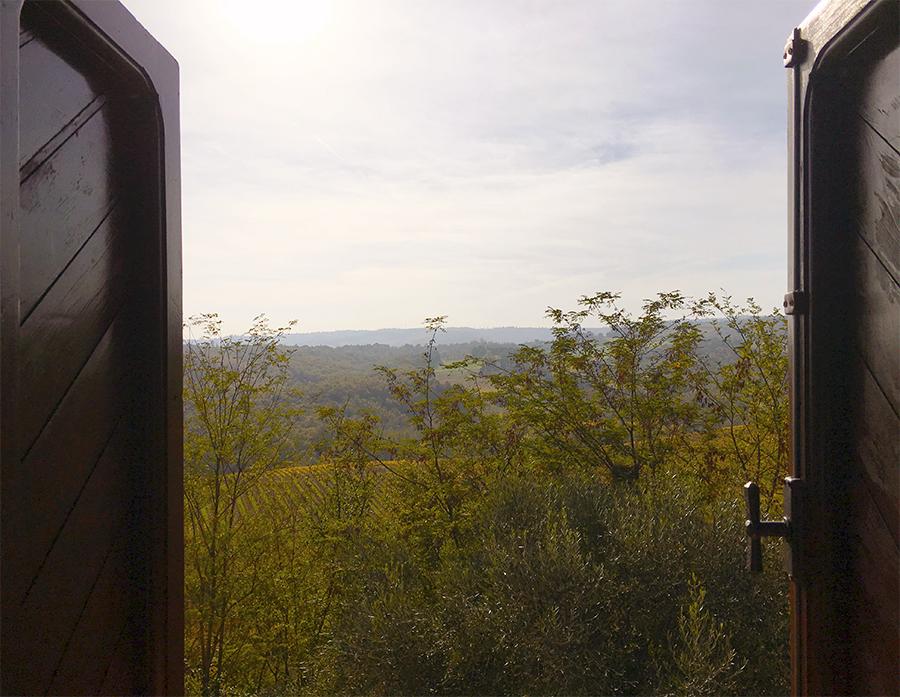 Ausblick aus meinem Fenster auf dem Agriturismo auf eine frühmorgendliche Toskana.