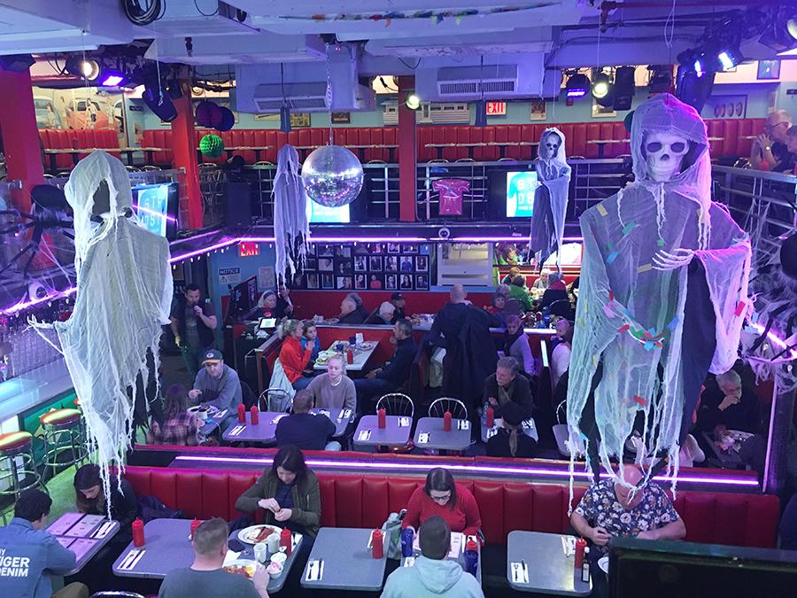 Blick von der Empore auf den unteren Teil und die 'Bühne' von Ellen's Stardust Diner. Gerade ist schaurig-gruselig für Halloween dekoriert!
