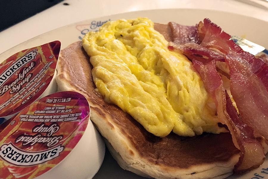 American Breakfast bei Ellen's Stardust Diner: Das ist 'Short Stack', das sind Pancakes (oder Waffeln) bedeckt mit einem Ei nach Wahl und Schinken (oder Speck oder Würstchen). Und dazu natürlich: Sirup.
