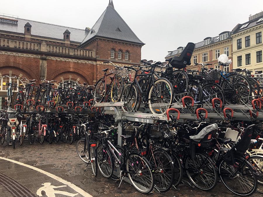 Wahnsinn! So viele Fahrräder! Am Hauptbahnhof ist wirklich jeder Stellplatz belegt.