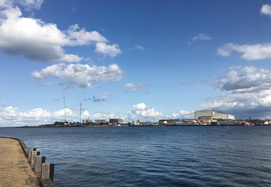 Am Kai der 'Langelinie', mit Blick auf das Wasser des Öresund.
