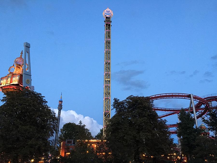 'Vertigo', Tivolis neueste Attraktion: durch Rotation erreicht man bei 100km/h das fünffache der Schwerkraft an Beschleunigung, woah! Daneben der 'Golden Tower' und 'The Demon'.