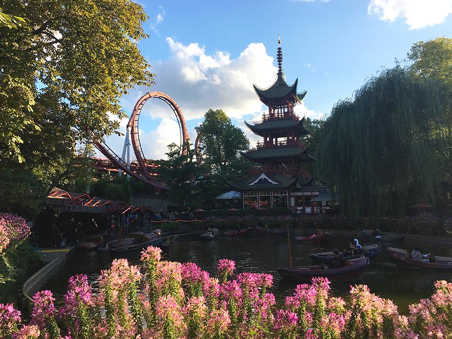Ein Ausblick über den See zur Achterbahn 'The Demon', dem chinesischen Pavillon und den standesgemäß davor fahrenden Drachenbooten.