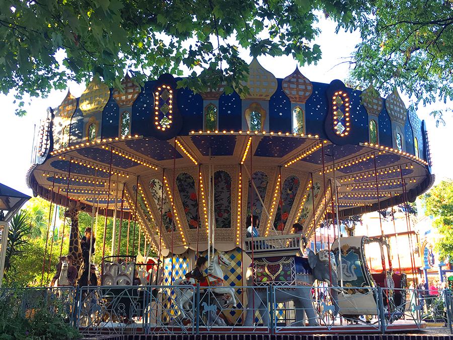 Das klassische Karussell - eins der ältesten Fahrgeschäfte im Kopenhagener Tivoli. Was darf's denn sein; Giraffe, Pferd, Elefant oder Kutsche?