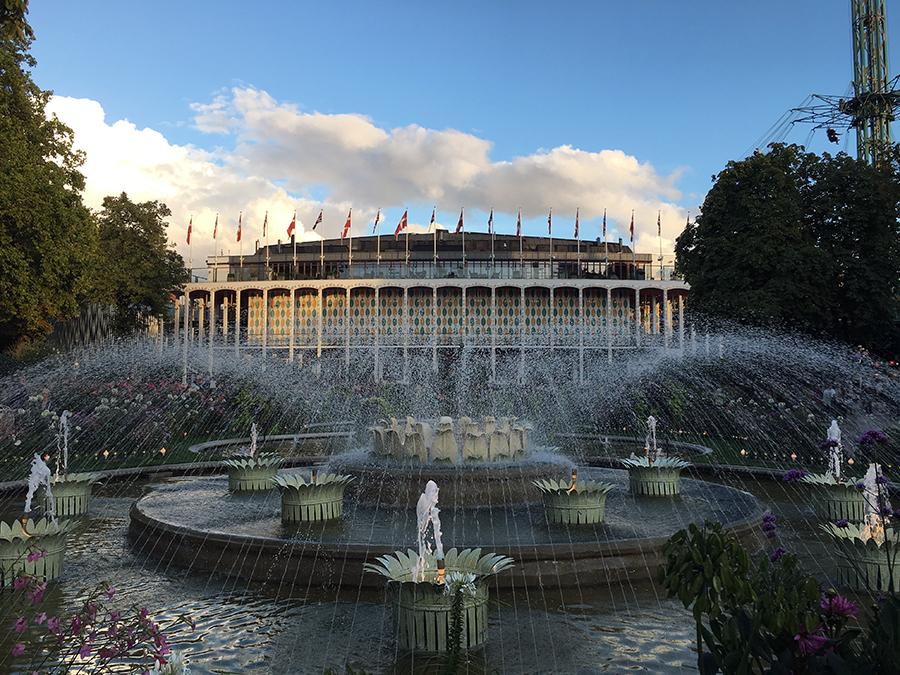 Die große Konzerthalle des Tivoli - stilgerecht mit Springbrunnen und einem Meer aus Flaggen und Fahnen.