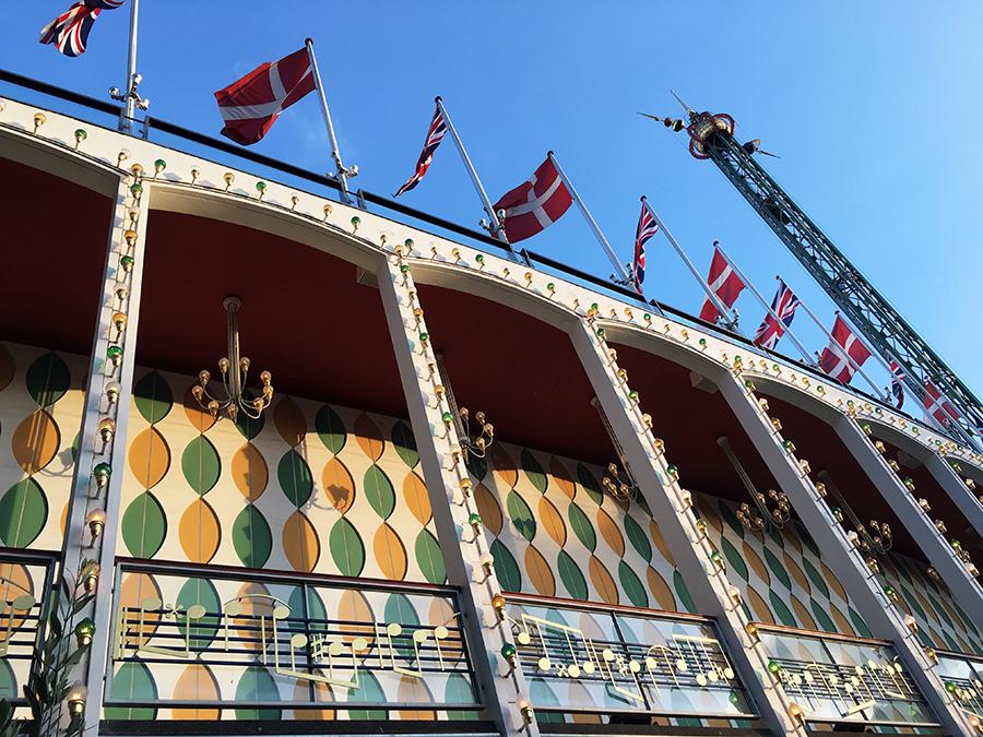 Natürlich dänische Fahnen (und sind das wirklich britische Flaggen dazu? Wir konnten leider nicht herausfinden, warum die hier mit hängen) an der 'Grand Concert Hall' im Tivoli.