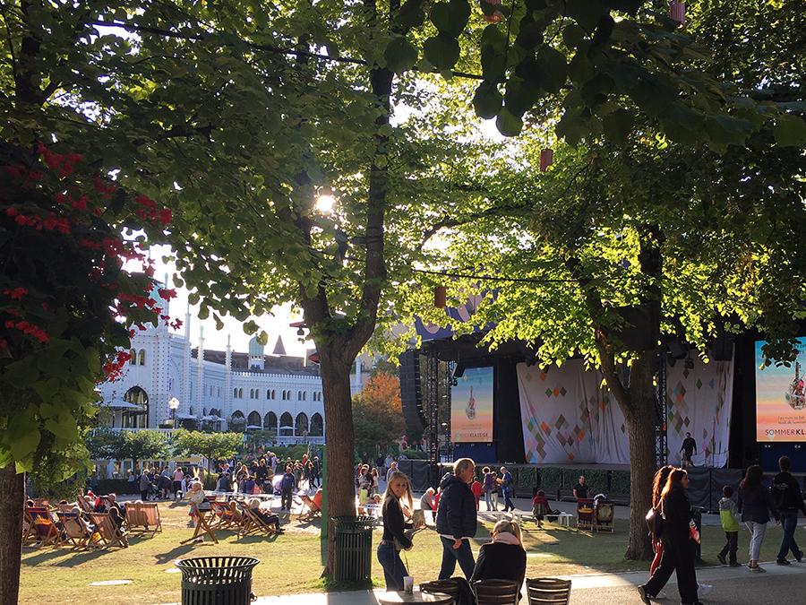 Die 'Plaenen Open Air Stage', eine Bühne unter freiem Himmel mit großer Liegewiese davor - viel Platz für alle Attraktionen!