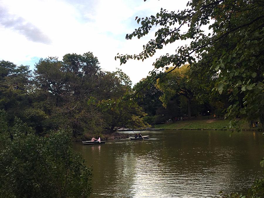 Das konntet ihr auch bereits in diversen Filmen sehen: Wenn Leute in Booten auf einem See im Central Park herumrudern, dann hier!