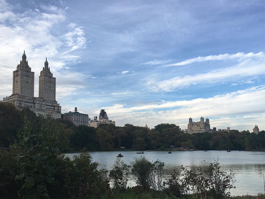 Der See 'The Lake' im Central Park, mit den Zwillingstürmen der Luxusapartments 'San Remo' im Hintergrund.
